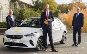 Foto Opel CEO Michael Lohscheller mit Kommunikationschef Harald Hamprecht und Entwicklungschef Marcus Lott mit dem Auto Bild Goldenes Lenkrad Gewinner Opel Corsa-e 2020
