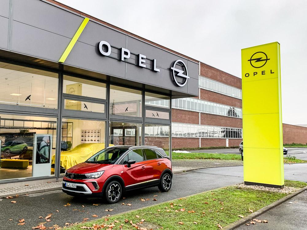 foto neuer Opel Crossland vor Opel Autohaus Händlerbetrieb mit Opel-CI 2021